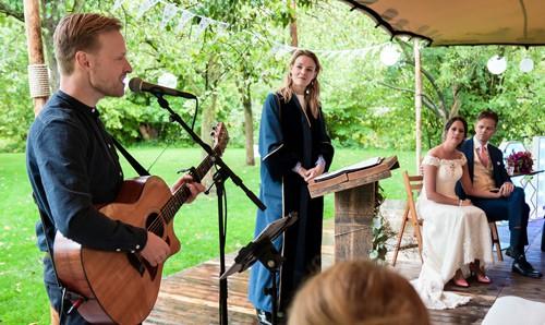 Bruiloft Zanger Kevin die live muziek verzorgt tijdens de huwelijksceremonie